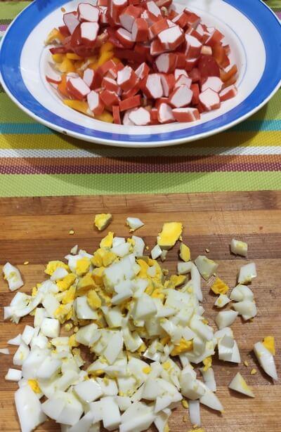 """Салат """"Красное море"""" с крабовыми палочками и помидорами: 3 пошаговых рецепта"""